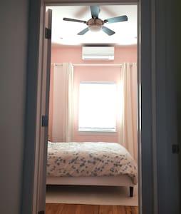 Sunny, private room; 15 mins NYC. - Casa