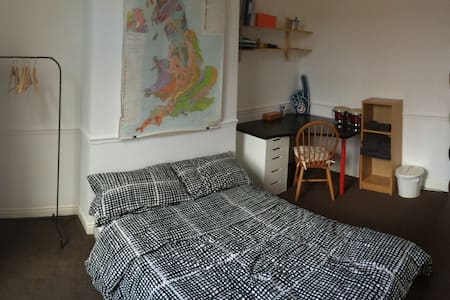 Double room @ Geology House 10 mins to City Centre - 리즈(Leeds)