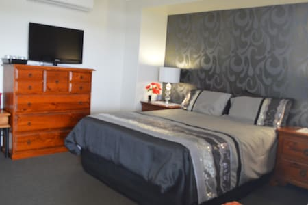 Private bedroom wih ensuite, most comfy Q bed, a/c - Lammermoor