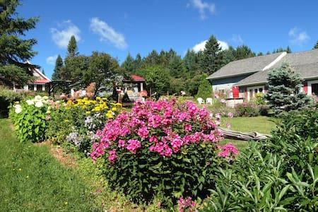 Aux jardins des 3maisons - Sainte-Lucie-des-Laurentides - Talo