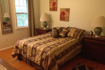 Affordable room close to airport - Herndon - Ev