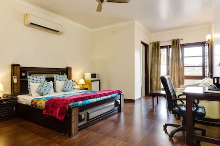 Luxury Serviced Suite@ Central Ggn - Bed & Breakfast