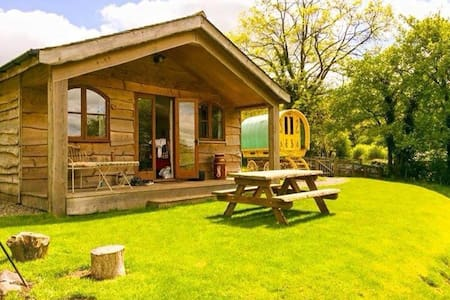 Hillside Gypsy Caravan and Luxury Cabin - Ludlow