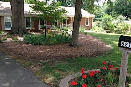 Sunny Downstairs Suite with Private Entrance - Winston-Salem