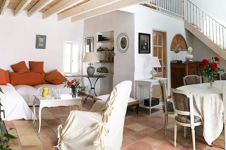 Mas provençal en campagne à 6 km d Avignon. - Huis
