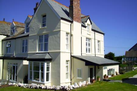 NEW to Airbnb Trenowan Blue Room - Treknow - Bed & Breakfast