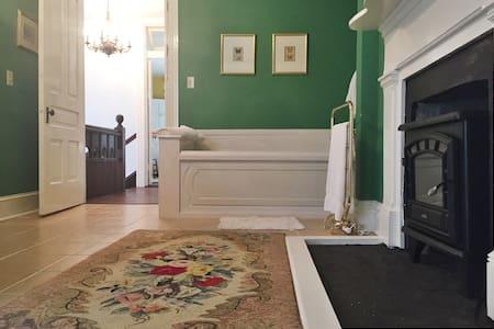 Beautiful room in Victorian home - Szoba reggelivel