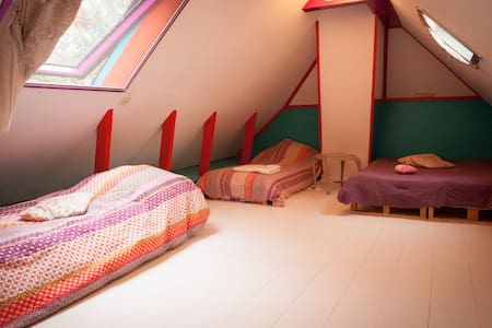 Warm colorful room in a cosy old farm house (4 p) - Groningen - Casa