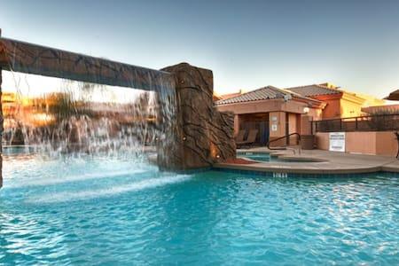 AWESOME Scottsdale Resort w/A+ Pool (StuSleeps4) - スコッツデール