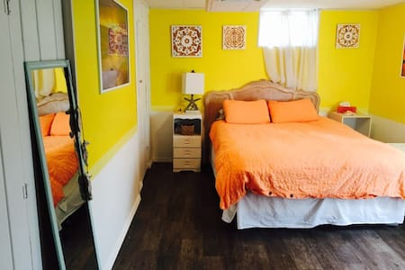 Large Sunset Room w/ Private Bath in Arts District - Ház