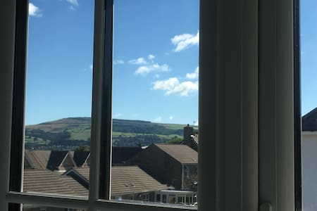 Quiet spacious room, distant views - Steeton - Casa