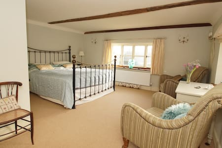 52 acre farm with double room and pool - East Sussex