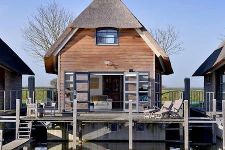 Gezellige watervilla aan haventje - De Heen