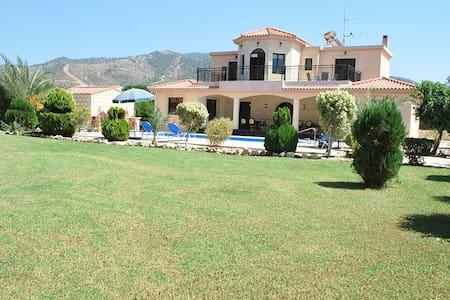 SEA FRONT Luxury Villa - 4 bedrooms - Argaka - Huvila