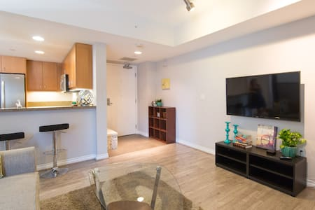 Walk Everywhere! Stylish Condo w/Parking - Appartement en résidence
