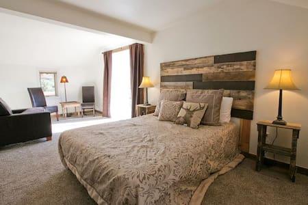 1 Bedroom Jacuzzi Suite - Green Mountain Falls