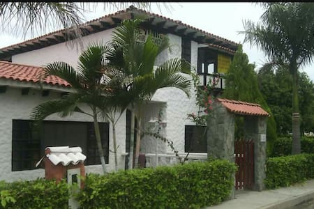 Casa española, piscina, condominio - Hus