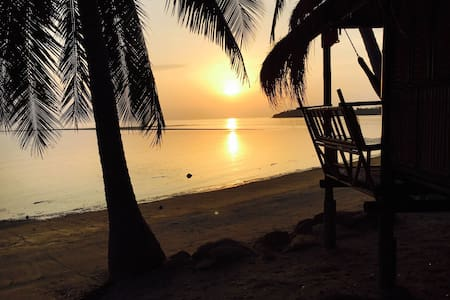 Castaway Beach Bungalows - Right on the Beach! - Bungalow