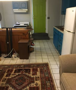 Private Downtown Studio in Historic Home - Bloomington - House