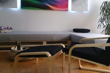 Gemütliche Couch in großer Wohnung - Ingolstadt - Appartamento