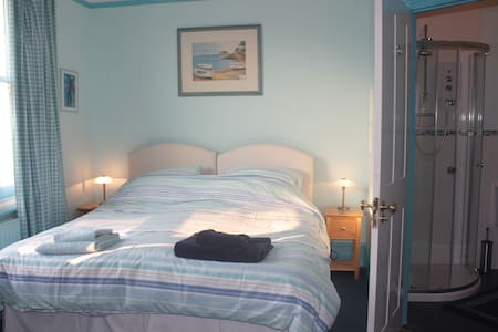Comfy ensuite double/twin in Victorian home - Woking - Dom