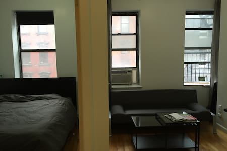 One bedroom apartment conveniently located near some of the best restaurants and night life of Manhattan. Make it your home base to explore New York. The F,M,J,Z subways and CitiBike stations are a 5 min walk away. Perfect for 2, can accommodate 4.