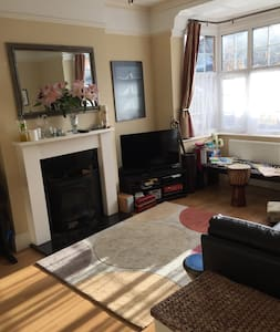 Comfortable sunny 3 bed family home
