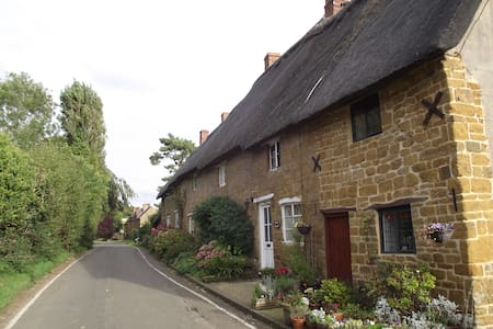 Romantic thatch 17 century country cottage - Mollington - Overig