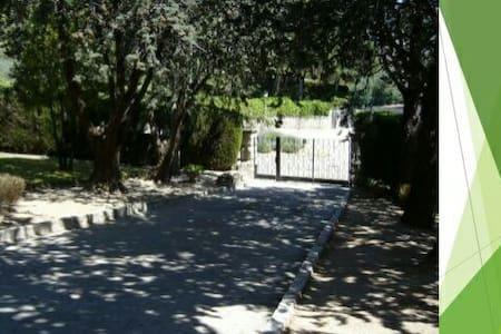 Casa típica de Hoyo de Manzanares. - Rumah