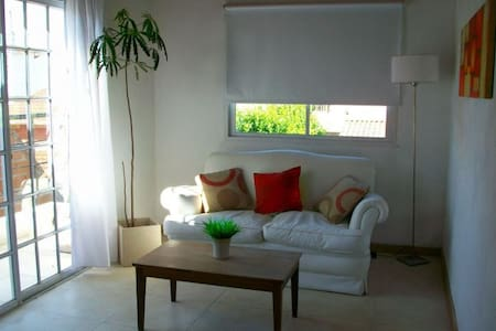 Bright 2 Bdrm House in Tranquilo Neighborhood - Casa