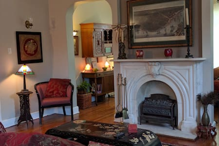 Uptown Elegance Ideal for Visiting Professionals - House