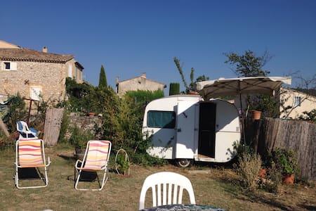 petite Caravane dans le jardin - Camper/RV