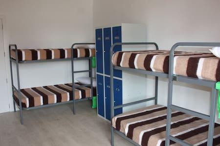Dormitorio compartido 2/3 de 6 camas - Sala sypialna