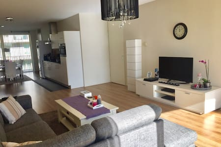 Spacious apartment next to metro! - Amsterdam-Zuidoost - Appartement