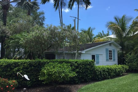 An Old Naples Cottage - 1 block from beach - Domek parterowy