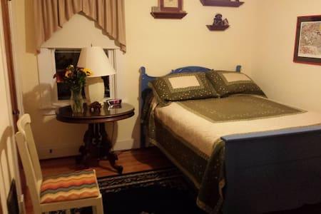 Cozy bedroom/bath in Kenmore, NY - Ház