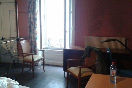 Chambre calme bien située ^^ - Caluire-et-Cuire
