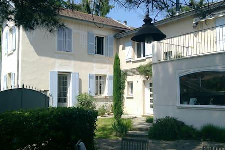 Chambre avec entree indépendante à 20 min de Lyon - Beynost - Villa