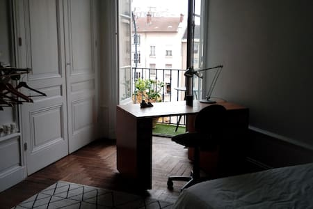chambre avec salle de douche privative et balcon - Lyon