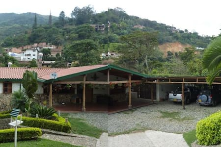 Las Rocas Country Mansion with stream, Pool & Lake - Bello - Pension