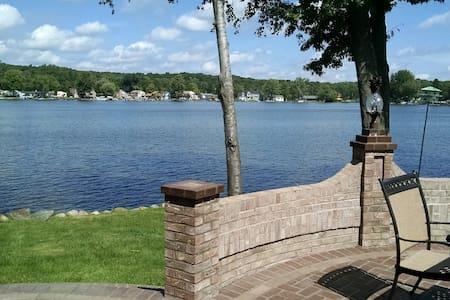 Peaceful Lake Front Home on Pontiac Lake - Ház