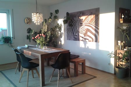 Helles Zimmer mit Terrasse in 110 m²-Wohnung - Apartment