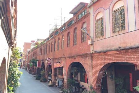 1913年集資興建的歷史建築物,紅磚建築金城著名㬌點之一有著「模範街」稱號,冬暖夏涼 - 獨棟