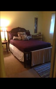 Spacious Downtown Townhouse! - Townhouse