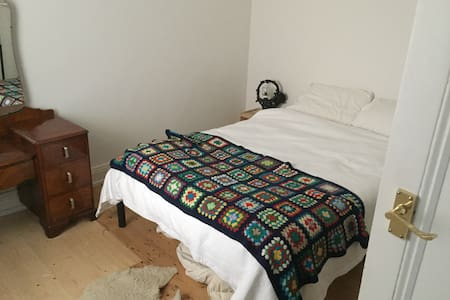 Cheap room in Brunswick - House