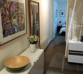 Spacious modern St Kilda apartment - Leilighet