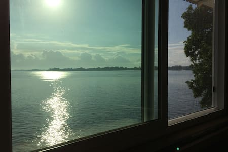 Hilo Bay Oceanfront Bed and Breakfast - Szoba reggelivel