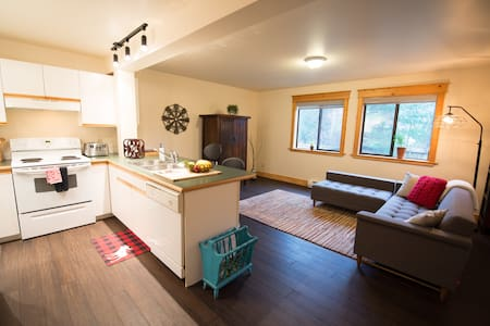 Bright One Bedroom suite - Pemberton - House
