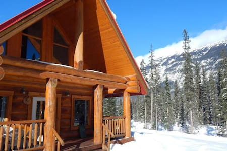 Rustic Rockies Log Chalet Getaway for Ski or Hike - Faház