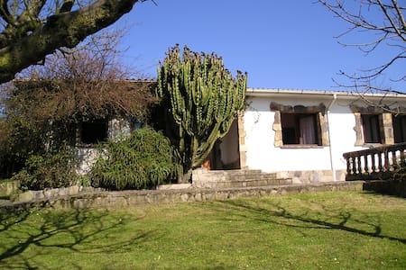 Casa rural con gran jardín - Casa